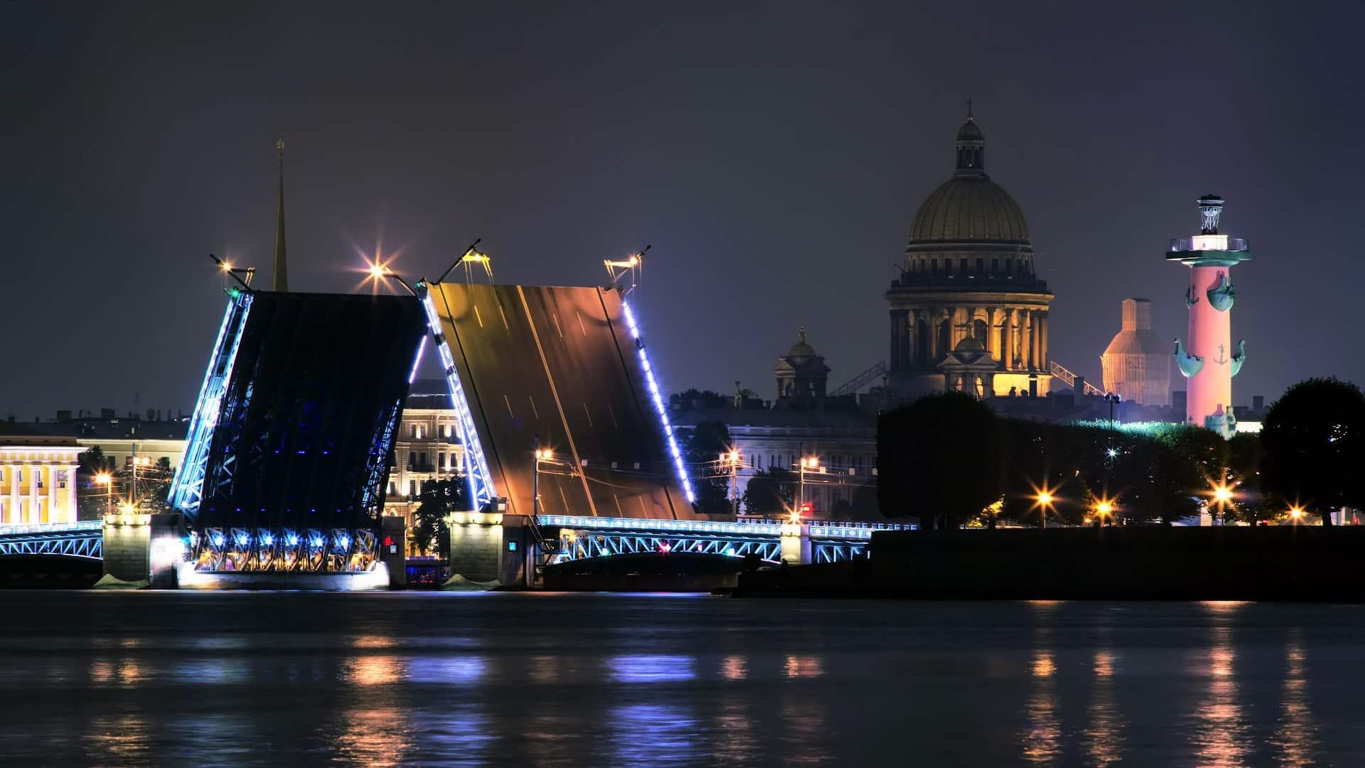 Tour nocturno en barco por los puentes levadizos en San Petersburgo
